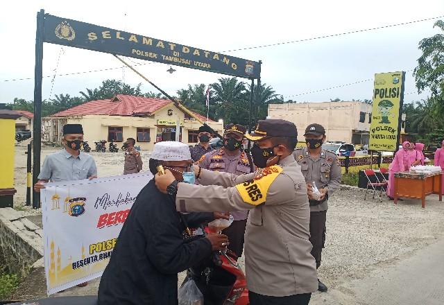 Kapolres Rohul AKBP Taufiq Lukman Nurhidayat, Kapolsek Tambut dan ibu-ibu Bhayangkari bagikan takjil untuk berbuka puasa ke pengendara.