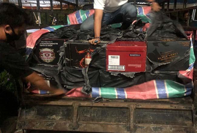 Petugas BC Dumai saat memeriksa miras ilegal yang diamankan di Kabupaten Rohil baru-baru ini.