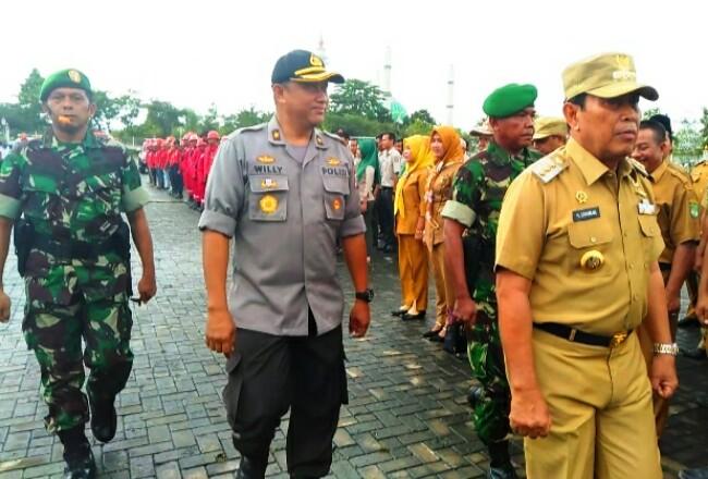 Bupati Sukiman, Wakapolres dan perwakilan Dandim 0313 KPR melihat pasukan saatapel siaga penanggulangan bencana daerah Kabupaten Rohul.