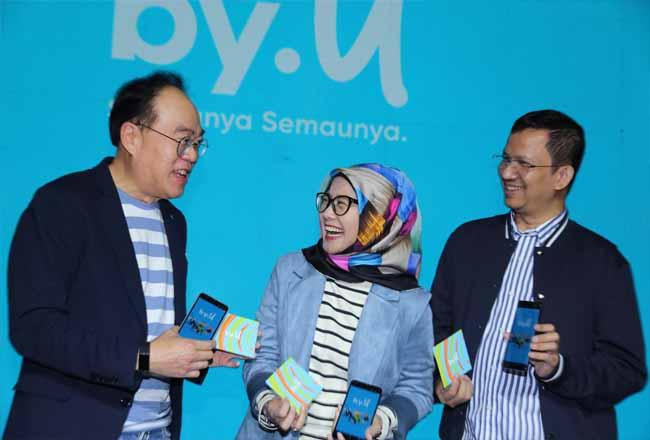 Direktur Utama Telkomsel Emma Sri Martini (tengah), Director Planning & Transformation Edward siew Ying (kiri) dan Tribe Leader Smart Attacker Telkomsel Trio Y.G. Lumbantoruan saat peluncuran by.U pada Kamis (10/10) di Jakarta Selatan.