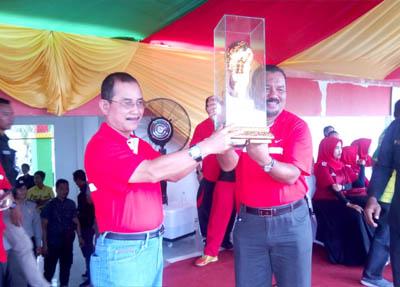 Sekda Rohil, Surya Arfan menyerahkan Piala bergilir kepada ketua PSSI Rohil, Suwandi.