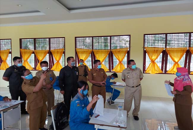 Pj Walikota Dumai H. Jonli meninjau kegiatan belajar tatap muka terbatas di SMKN 3 Dumai, Selasa (2/2/2021).