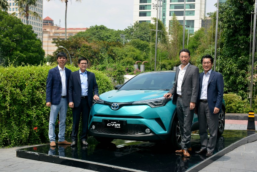 Presiden Direktur PT Toyota-Astra Motor (TAM) Yoshihiro Nakata (kedua kanan) dan Wakil Presiden Direktur TAM  Henry Tanoto (kedua kiri) didampingi Direktur TAM Anton Jimmi Suwandy (kiri) dan Kazunori Minamide (kedua kanan), pada peluncuran Toyota C-HR Hybrid, di Jakarta, Senin (22/4).