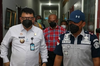 Direktur Jenderal Pemasyarakatan, Irjen. Pol. Reynhard S.P. Silitonga (kiri) meninjau operasionalisasi Blok Pengendali Narkoba didampingi Kepala Kantor Wilayah Kementerian Hukum dan HAM Riau, Ibnu Chuldun (kanan).