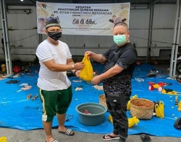 Branch Manager PT RIfan Financindo Berjangka Pekanbaru, Liwan menyerahkan bingkisan daging kurban usai gelar program CSR penyembelihan hewan kurban, Selasa (20/7/2021).