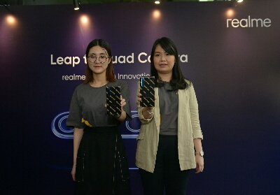 Min - realme Camera Product Manager dan Krisva Angnieszca - Public Relation Manager realme Indonesia berfoto bersama dengan smartphone prototipe realme Quad-Camera 64MP saat realme Camera Innovation Event.