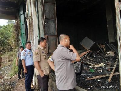Wabup Halim bersama Kapolres AKBP M Mustofa turun meninjau gudang arsip yang terbakar.