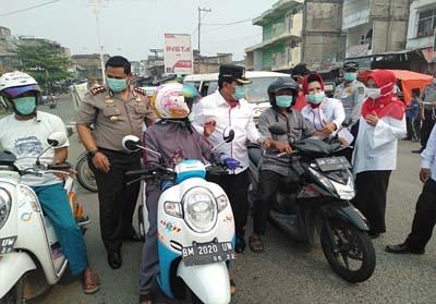Bupati Sukiman, Kapolres, ketua PMI dan lainnya, bagi bagi masker gratis ke pengendara di Jalan raya depan kantor PMI sebagai bentuk peduli kesehatan masyarakat dampak kabut asap.