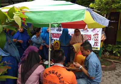 Jajaran Panwascam melakukan kegiatan gerakan AP-HPA guna memastikan masyarakat masuk dalam DPT.