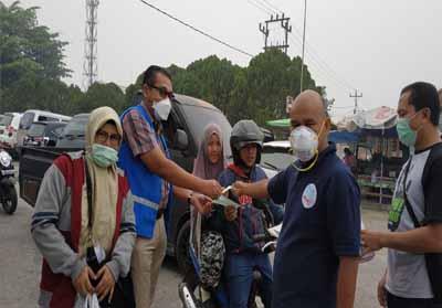 PWI Riau membagikan masker di Pasar Pagi Arengka.