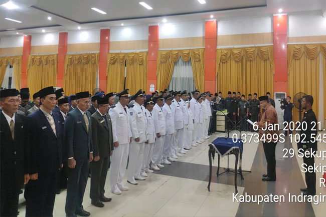 Pelantikan pejabat eselon II, III dan IV di lingkungan Pemerintah Kabupaten Inhu, di Gedung Dang Purnama, Rengat, Senin (6/1/2020) malam.