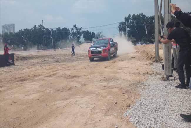 Test drive dengan New TRITON di Lapangan Sampoerna Kota Pekanbaru, Rabu (21/8/2019).