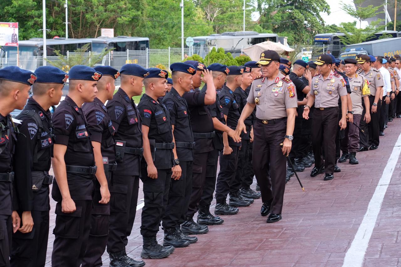 Kapolda salami ratusan personel Polda Riau yang telah kembali ke Pekanbaru.