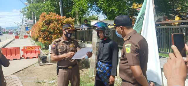 Petugas Operasi Tim Yustisi Covid - 19 Kabupaten Rohul, tegur dan beri sanksi kepada warga yang tak mengenakan masker. Ada 252 warga diberi sanksi yang tak kenakan masker saat terjaring operasi yang digelar selama 9 hari.