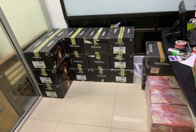 Ratusan botol miras ilegal diamankan Bea Cukai Dumai.