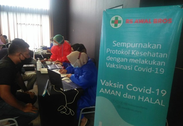 Pelaksanaan vaksinasi karyawan hotel di Pekanbaru.
