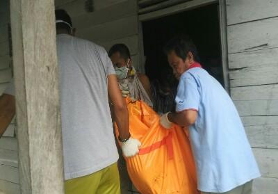 Petugas Kepolisian Polsek Rambah, evakuasi jenazah Pupen yang ditenukan membsuuk di rumahnya.