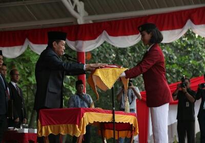 Wakil Bupati Pelalawan, ZardewanDrs H Zardewan memberikan bendera merah putih kepada pasukan pengibar bendera Riau Kompleks, yakni para siswa SMA Mutiara Harapan.