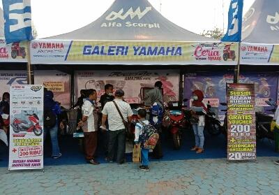 Tampak pengunjung antusias melihat berbagai motor Yamaha yang dipamerkan pada acara ini.