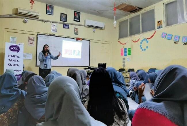 Karyawan XL Axiata Regional Jabodetabek melakukan edukasi tentang cara menggunakan sosial media secara bijak kepada siswa-siswi di salah satu SMA di Kecamatan Johar Baru, Jakarta Pusat pada Senin (13/1) lalu.