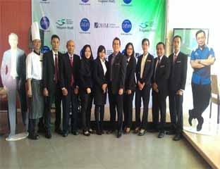 Foto bersama manajemen Hotel Dafam Pekanbaru