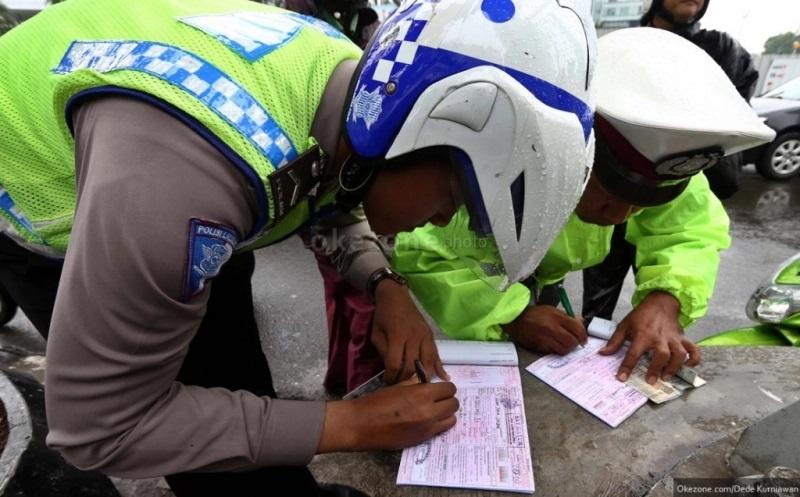 Ilustrasi polisi saat melakukan tilang