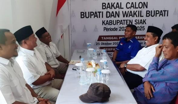 Alfedri mengambil formulir pendaftaran bakal calon Bupati Siak menghadapi Pilkada 2020, Senin (4/11/2019).