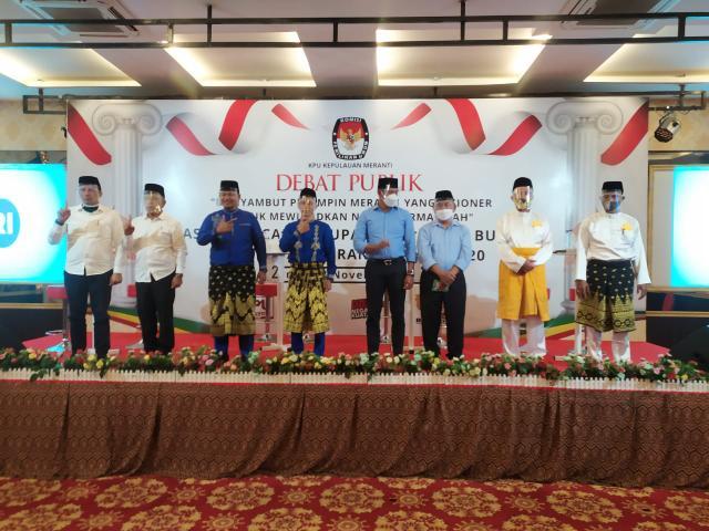Foto bersama pada Debat kandidat peserta Pilkada Kepulauan Meranti.