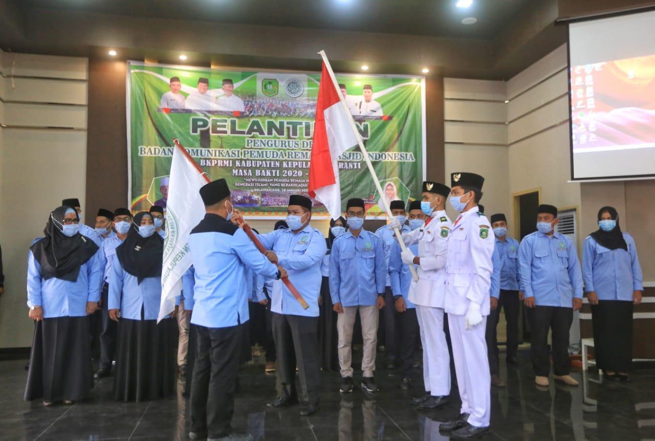 Ketua Ketua Harian DPW BKPRMI Riau Riau Abu Kasim menyerahkan pataka BKPRMI kepada Ketua DPD BKPRMI Kepulauan Meranti terpilih Tito Hartoto.