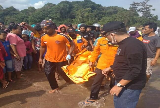 Proses evakuasi jasad Halim yang ditemukan.