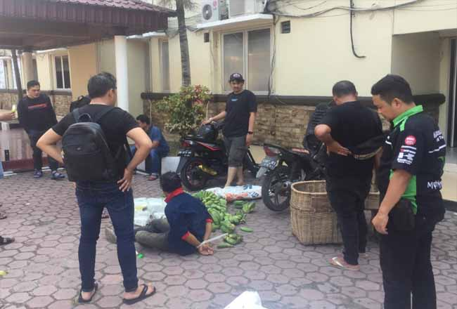 Polisi amankan tersangka dan barang bukti sabu yang disimpan dalam keranjang pisang.