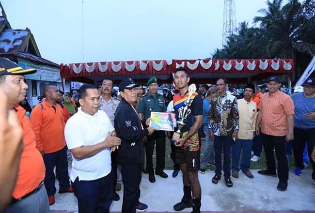 Bupati Sukiman, menghadiri dan membagikan hadiah kepada tim yang menjuari turnamen Semi Open Volly Ball Pemuda Cup Desa Tandun, Kecamatan Tandun, tahun 2019, kemarin sore
