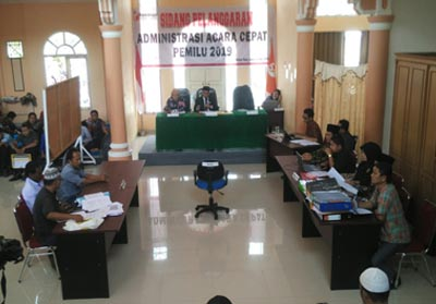 Bawaslu Riau saat gelar sidang 2 laporan dugaan panggaran administrasi Pileg di Rohul.