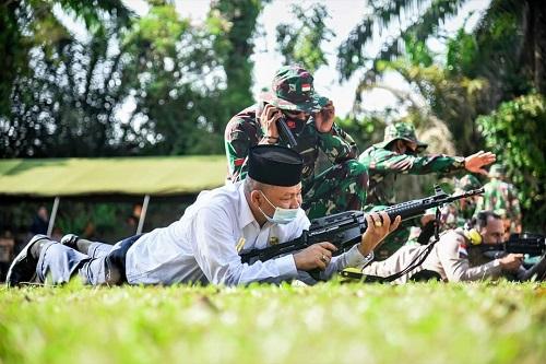 PLH Walikota Dumai Herdi Salioso mengikuti kegiatan latihan menembak di lapangan tembak Radar 232 Kota Dumai.