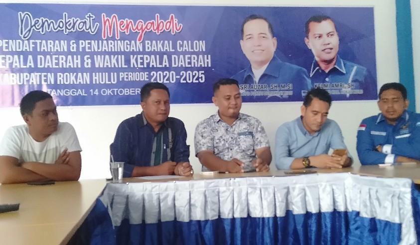 Sekretaris DPC Partai Demokrat Rohul Hariman Alqi SE, didampingi Ketua Penjaringan Hamdan SE, dan sejumlah pengurus lainnya beri jeterangan pers, di Kantor DPC Partai Demokrat Rohul di Jalan Diponegoro Simpang Tugu Pasir Pangaraian, Senin (14/10/2019).