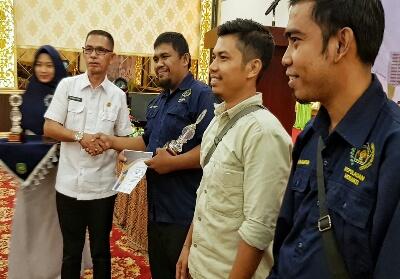 Wartawan Metro Riau terima penghargaan Terbaik I LKTJ PWI Meranti.