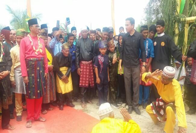 Bupati Suyatno memukul gong pertanda diresmikannya Wisata Religi Raja Bejamu.