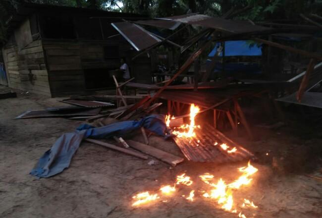 Dua warung remang-remang dibakar.