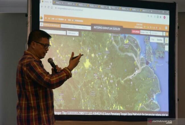 Kapolda Riau Irjen Pol Agung Setya Imam Efendi melakukan pemantauan penanganan kebakaran hutan dan lahan (karhutla) menggunakan sistem Dashboard Lancang Kuning. Foto: Antara
