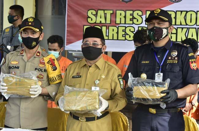 Plh Bupati Bengkalis Bustami saat menghadiri press release pengungkapan Narkoba jenis Ganja Kering 14 Kg lebih.