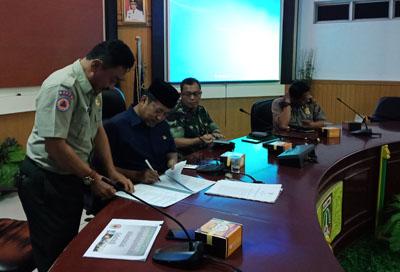 Wakil walikota Dumai Eko Suharjo SE menandatangani SK perpanjang Status Siaga Darurat Bencana Kabut Asap akibat kebakaran hutan dan lahan, Kamis (19/7/2018). FOTO: Bambang