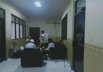 Dua penyidik KPK tampak memeriksa dokumen di Ruang Kepala Dinas PUPR Dumai.