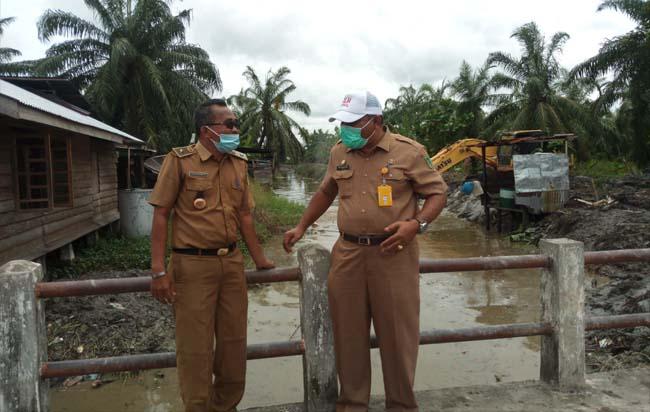 Kadis LH Rohil, Suwandi S Sos berbincang dengan Datuk Penghulu Bagan Jawa Pesisir, Taufik Basiroen di sela-sela meninjau normalisasi Parit Kerang.