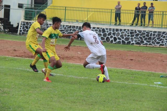 Pemain KS Tiga Naga membawa bola dalam pertandingan sebelumnya, Liga 3 Pra Nasional 2019.
