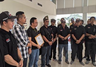 Manajemen Honda Soekarno Hatta, Pekanbaru, Ricky W Anwar dan Moko selaku Supervisor HSH Pekanbaru lepas touring sekaligus family gathering Indonesia BRaVer Community Chapter Riau.