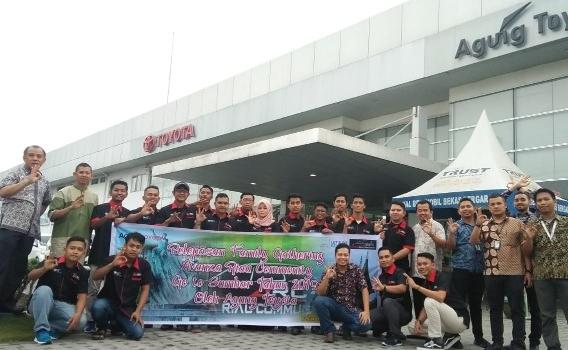 Sebelum dilepas menuju Sumbar, Avanza Riau Community berfoto bersama dengan manajemen Agung Toyota.