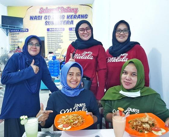 Para kru Komunitas Youtuber Jom Malala bertandang ke warung Nasi Goreng Kerang Sumatera.