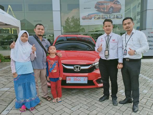 Konsumen Honda Brio Satya di showroom HSH Pekanabru