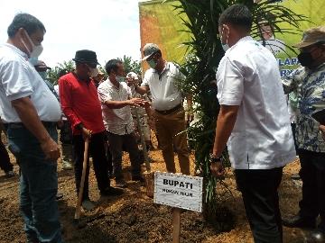 Bupati Suyatno ikut perdana sawit program PSR di PT Salim Ivomas.