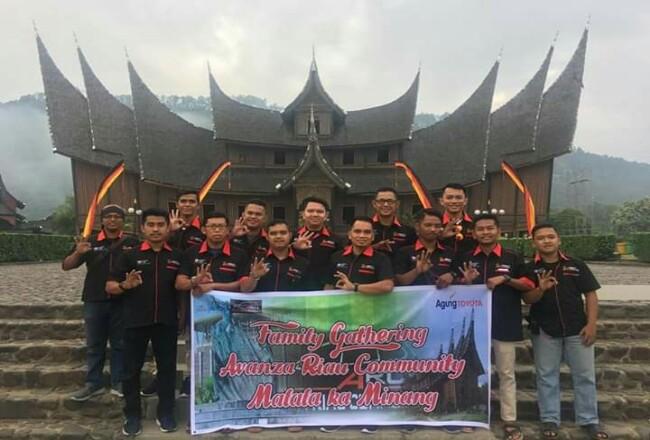 Berfoto di Istana Pagaruyung Batusangkar.